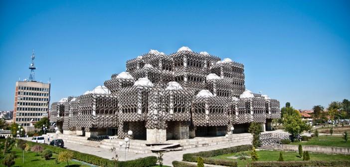 Nasjonalbibloteket i Pristina ble bygget under Serbisk okkupasjon og bærer med seg en spennende historie og arkitektur.  FOTO: Marco Fieber, creative commons