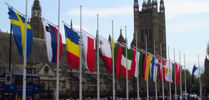EU-flagg foran det britiske parlamentet. Foto: David Holt/Flickr