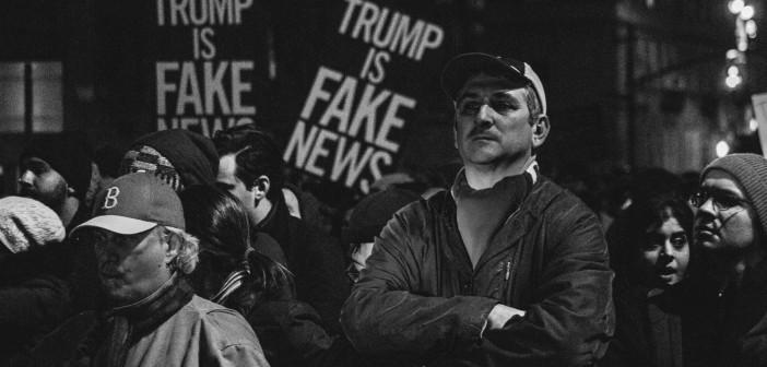 Folk samlet seg i New York natten før Trumps innsettelsesseremoni for å vise sin motstand mot den nyvalgte presidenten. Foto: mathiaswasik/Flickr