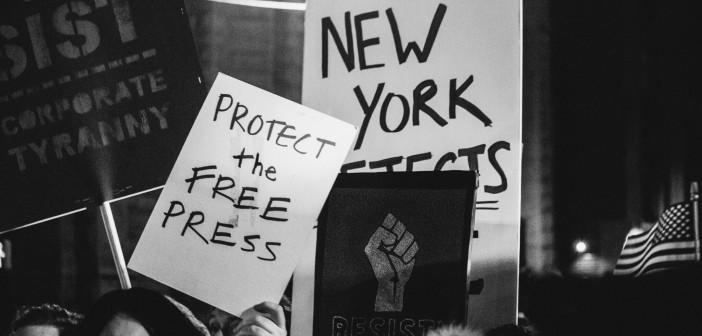 Under protesten før Trumps innsettelsesseremoni, plakat om å beskytte den frie pressen. Foto: mathiaswasik/Flickr